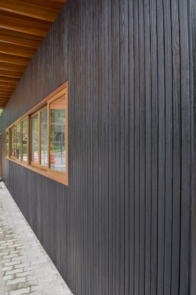 ripado de madeira carbonizada