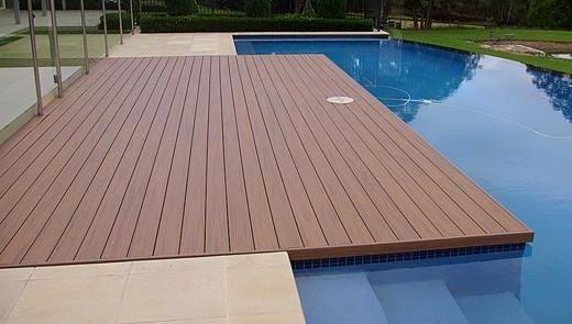 Deck para piscina revestimento em madeira for Piscinas ecologicas pequenas