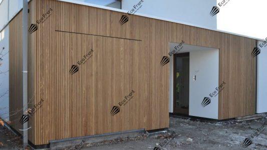 painel ripado de madeira tratada carbonizada